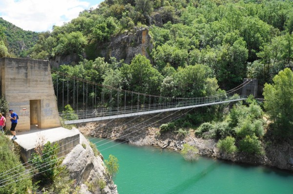 De wiebelende, maar stevige brug die leidt naar het pad dat is uitgehakt in de rotswand